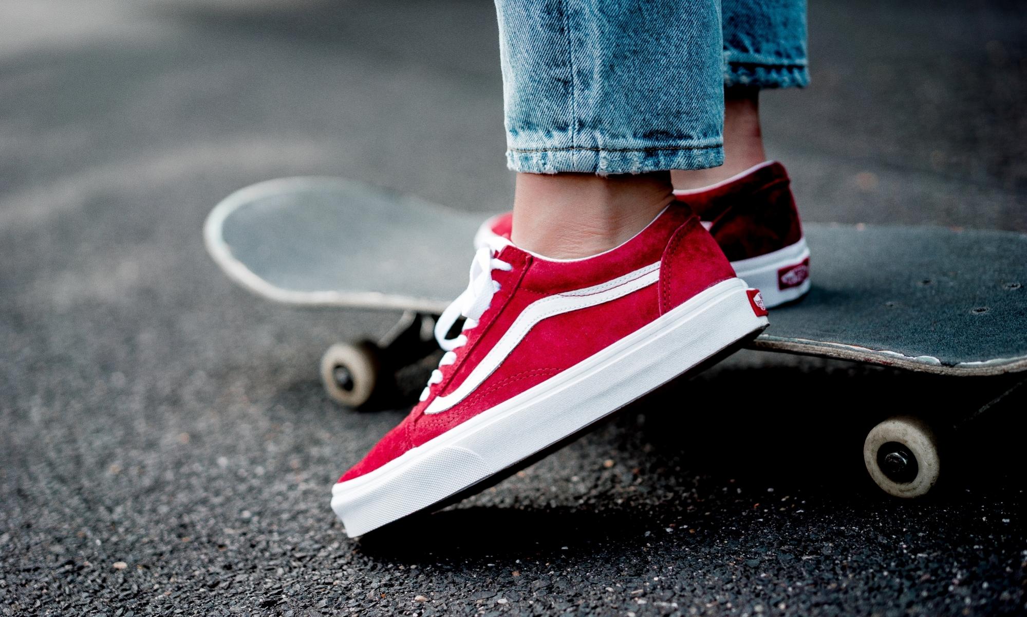 รองเท้าผ้าใบสีแดง